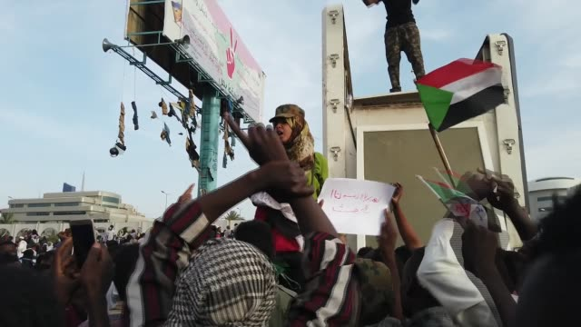 stockvideo's en b-roll-footage met antigovernment protesters demand recognition of women's rights sudan khartoum ext various of protesters waving sudanese flags as woman leading chant... - prestatie