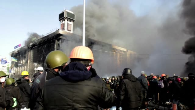 vídeos de stock e filmes b-roll de anti-government protesters in kiev braced wednesday for a fresh assault by riot police after a day of fierce clashes left at least 25 people dead in... - violence