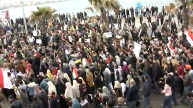 vídeos de stock, filmes e b-roll de protests continue egypt alexandria ext antigovernment protesters along with placards crowd of demonstrators gathered protestors marching with flags... - arab spring