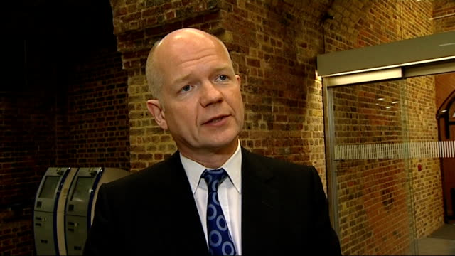 vídeos y material grabado en eventos de stock de william hague interview england london st pancras international int william hague mp along into station concourse / william hague mp interview sot... - grupo mediano de objetos