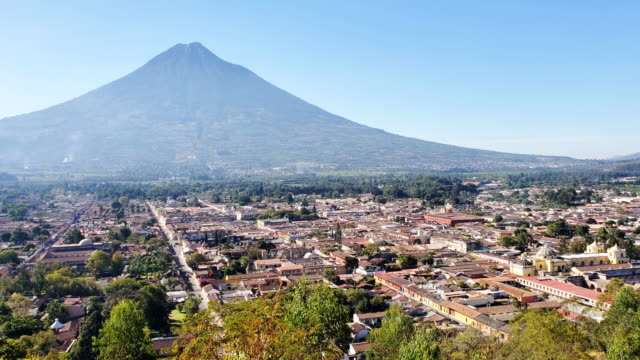 Antigua Häuser und Agua Vulkan. Guatemala