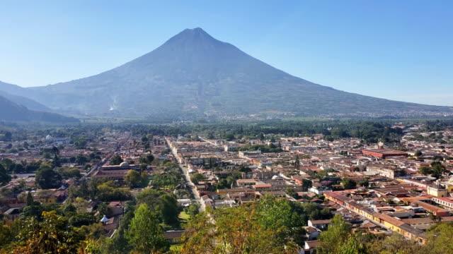 アンティグアの家とアグア火山。グアテマラ - agua点の映像素材/bロール