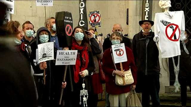 vídeos de stock, filmes e b-roll de antiincinerator campaigners take fight to royal courts of justice england london ext gvs protesters from 'stop the incinerator' campaign outside... - stop placa em inglês