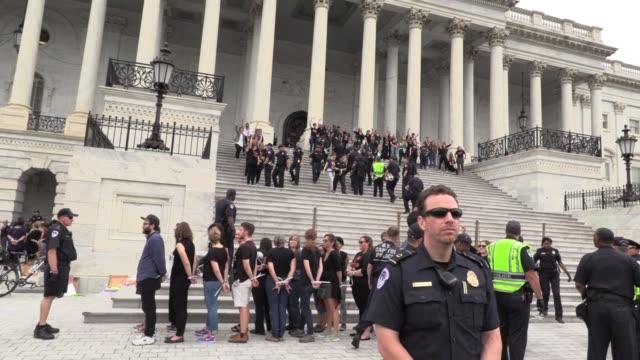 antikavanaugh protestors chant 'we believe survivors while surging onto the steps of capitol washington dc arrests - corte suprema palazzo di giustizia video stock e b–roll