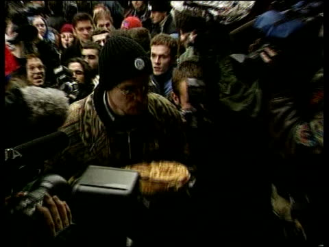 vídeos de stock, filmes e b-roll de anti-milosevic feeling; serbia: belgrade: seq anti-slobodan milosevic demo including the leaving of a traditional serbian loaf of bread at offices of... - sérvia
