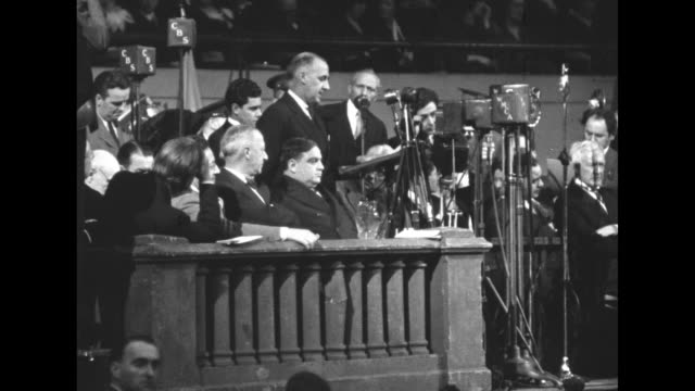 vidéos et rushes de anti-nazi gathering at madison square garden organized by the american jewish congress / overhead large crowd in hall / professor raymond moley,... - nazism