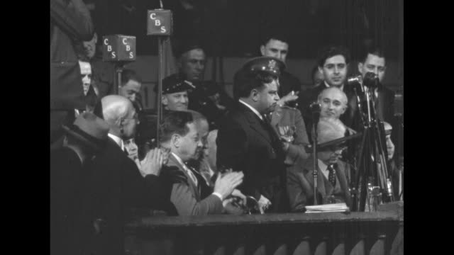 vidéos et rushes de anti-nazi rally at madison square garden / overhead large crowd in hall / crowd applauds / new york city mayor fiorello la guardia at microphone / la... - nazism