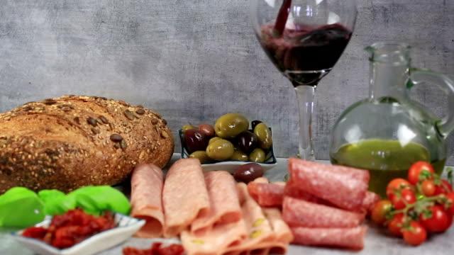 Antipasto en wijn.