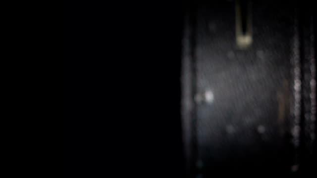 alte kamera animates auf schwarz - gemälde stock-videos und b-roll-filmmaterial