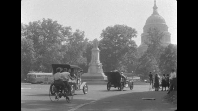 vídeos y material grabado en eventos de stock de antique cars in the 57th glidden tour ride down constitution avenue in washington dc after a trip from nyc. the capitol dome is seen in the... - 1952