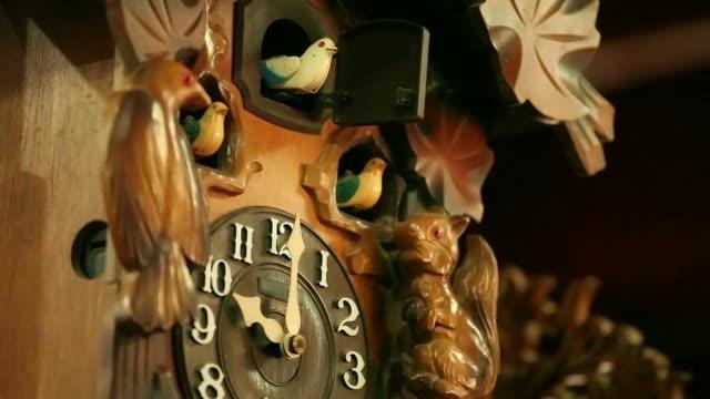 vidéos et rushes de ancienne horloge - coucou