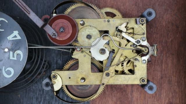 antik klocka slingrande mekanism. - antik bildbanksvideor och videomaterial från bakom kulisserna