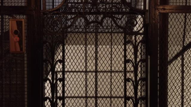 vídeos y material grabado en eventos de stock de ascensor antiguo - anticuario anticuado