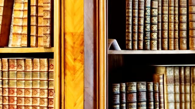 アンティークのライブラリー - 本棚点の映像素材/bロール