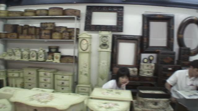 vídeos de stock, filmes e b-roll de ms pan antique market, guangzhou, china - antiquário loja