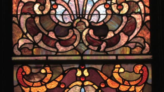 vídeos y material grabado en eventos de stock de vitrales antigua ventana en alta definición - vidriera de colores