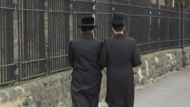 stockvideo's en b-roll-footage met antisemitic abuse rises to record levels r17021606 / 1722016 london ext anonymous shots of orthodox jews along street end lib - orthodox jodendom