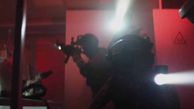 vidéos et rushes de action anti-terroriste dans un laboratoire illégal et futuriste. lumières clignotantes, gros plan de l'arme - professional occupation