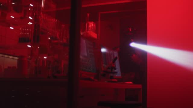 vidéos et rushes de action anti-terroriste dans un laboratoire illégal et futuriste - professional occupation