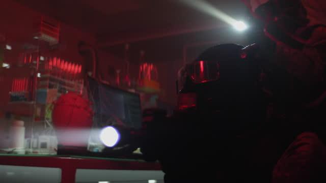 vidéos et rushes de action anti-terroriste en laboratoire illégal. prêt à tirer, gros plan sur l'arme - professional occupation