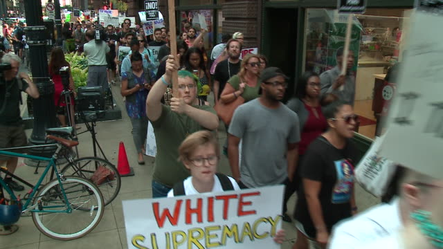 vidéos et rushes de anti-trump, anti-fascism march in chicago after charlottesville violence on aug. 15, 2017. - charlottesville