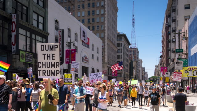 vídeos de stock, filmes e b-roll de anti-trump march in downtown los angeles - time lapse - marchando