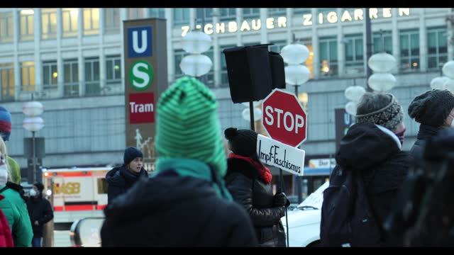 """vídeos de stock, filmes e b-roll de anti-vax activist with sign reading """" stop the vaccination fascism """". some 50 people joined a protest against the shutdown, all measures against the... - anti higiênico"""