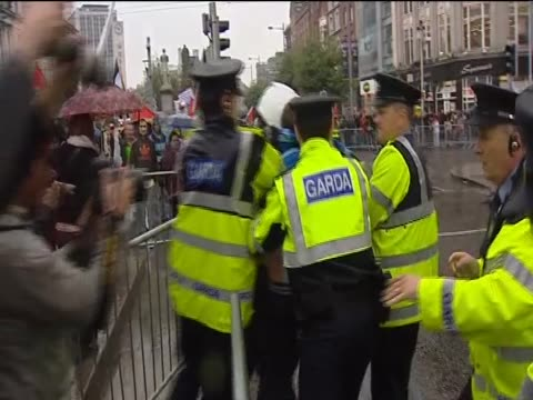 stockvideo's en b-roll-footage met antiwar demonstrators grapple with police during protests outside former prime minister tony blair's autobiography signing - autobiografie