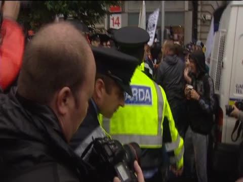 vídeos de stock, filmes e b-roll de antiwar demonstrators grapple with police during protests outside former prime minister tony blair's autobiography signing - biografia