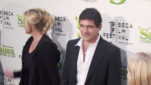 vídeos de stock, filmes e b-roll de antonio banderas and melanie griffith at the 'shrek forever after' opening night premiere 9th annual tribeca film fest at new york ny - melanie griffith
