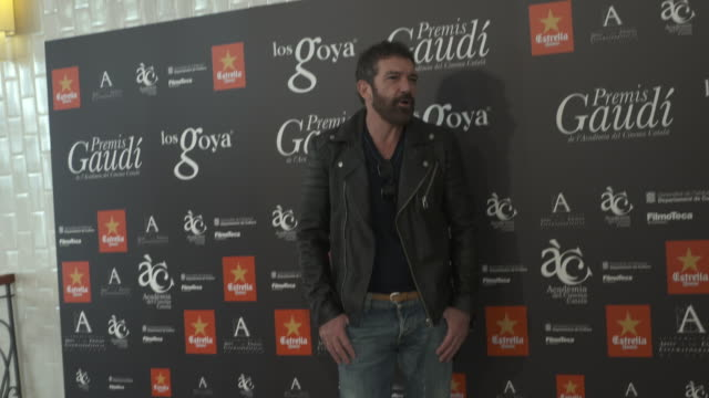 antonio banderas poses during a photocall for the goya awards 2015 on november 12 2015 in barcelona spain - antonio banderas stock videos & royalty-free footage