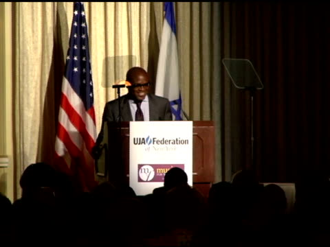 stockvideo's en b-roll-footage met antonio 'reid/ chairman, island def jam music he accepts the uja-federation's music visionary award at the uja - federation of new york music... - voorzitter