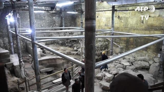 antropologos israelies presentaron el lunes una parte recientemente descubierta del muro de los lamentos asi como los vestigios del primer edificio... - arqueologia stock videos & royalty-free footage