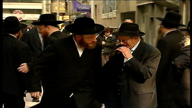 stockvideo's en b-roll-footage met antwerp diamond theft orthodox jewish men shaking hands men in diamond dealing district using mobile phones security van with armed escort along... - orthodox jodendom