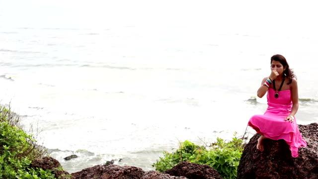 vídeos y material grabado en eventos de stock de anulom-vilom pranayam (ejercicio de respiración) cerca del mar arábigo con espacio de copia lateral - con las piernas cruzadas