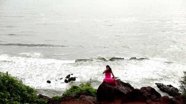 vídeos y material grabado en eventos de stock de anulom-vilom pranayam (ejercicio de respiración) en la costa - con las piernas cruzadas