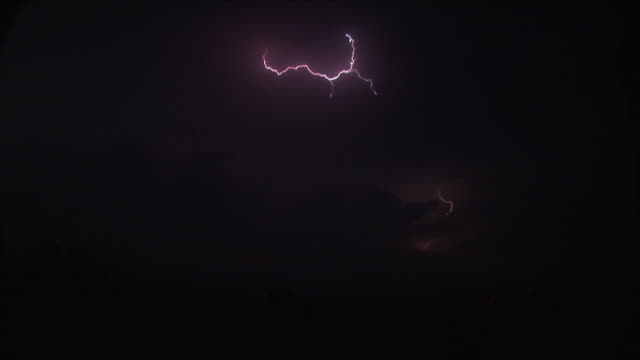 vídeos y material grabado en eventos de stock de anvil crawler lightning at night, severe thunderstorm, usa - grey colour