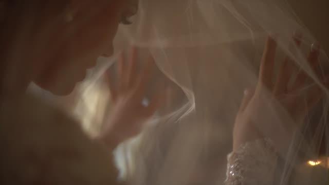 vídeos de stock, filmes e b-roll de noiva ansiosa que desgasta o véu antes da cerimónia de casamento - exercício respiratório