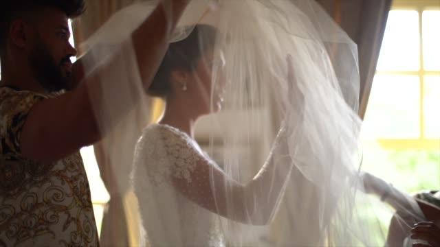 vídeos de stock, filmes e b-roll de noiva ansiosa que desgasta o véu antes da cerimónia de casamento - tradição