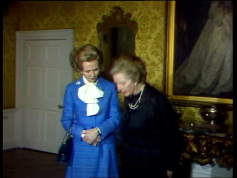 'anyone for denis' performance; england: london: downing street: cms actress, angela thorne, made up as margaret thatcher, poses with the real... - neutron stock-videos und b-roll-filmmaterial