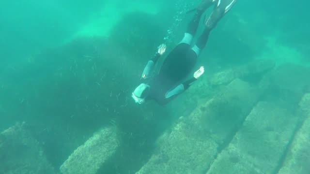 anyone wanting to visit france's only underwater archaeological site just needs a snorkel: the ruin of a 2000 year old roman wharf is just a few... - archeologia video stock e b–roll