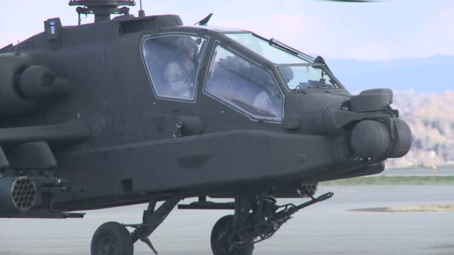 apache attack helicopter on ramp at rocky mountain metropolitan airport in broomfield colorado on march 31 2015 - アパッチヘリコプター点の映像素材/bロール