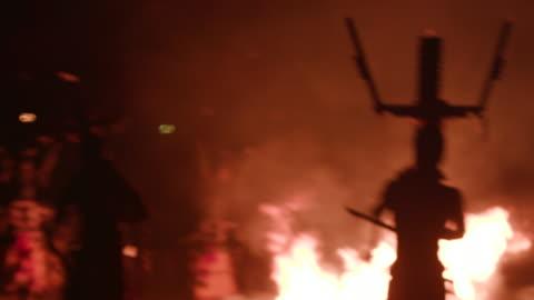 vídeos de stock, filmes e b-roll de apache men dance and chant around fire during sunrise ceremony, wide shot - tribo norte americana