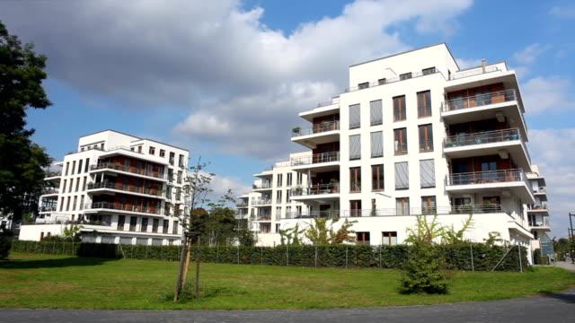 apartment-häuserblocks - vorort wohnsiedlung stock-videos und b-roll-filmmaterial