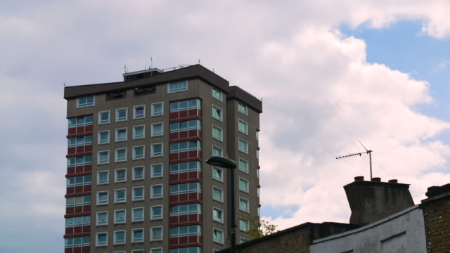 vidéos et rushes de apartment building and roof tops in east london - hackney