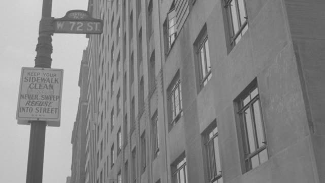 stockvideo's en b-roll-footage met ms apartment building at central park / - straatnaambord