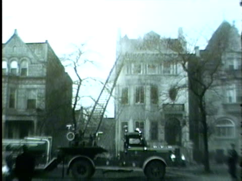 vidéos et rushes de wgn apartment building fire in chicago in late december 1955 the fire evicted 32 people from 4552 s michigan ave - 1955