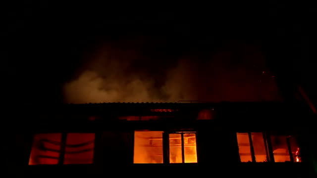 apartment building on fire at night time - fire natural phenomenon stock videos and b-roll footage