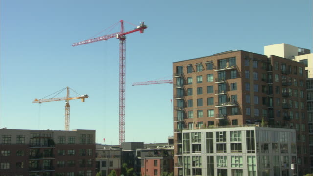 ws apartment buildings and cranes in pearl district / portland, oregon, usa - portland oregon homes stock videos & royalty-free footage