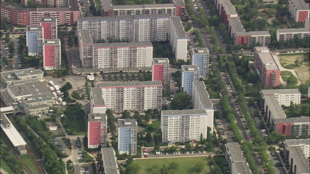 aerial apartment buildings, berlin, brandeburg, germany - wohnung stock-videos und b-roll-filmmaterial
